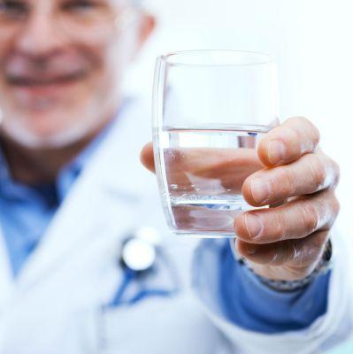 Употребление воды в день помогает выводить мочевую кислоту из организма.