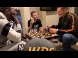 Александр Усик и Теренс Кроуфорд за игрой в шахматы