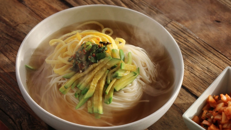 ENG CC 마음을 사르르 녹이는 잔치국수 Korean Banquet Noodle 아내의 식탁