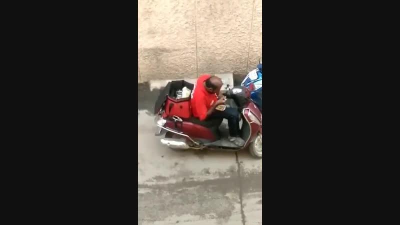 Курьер подъедает обеды клиентов Индия