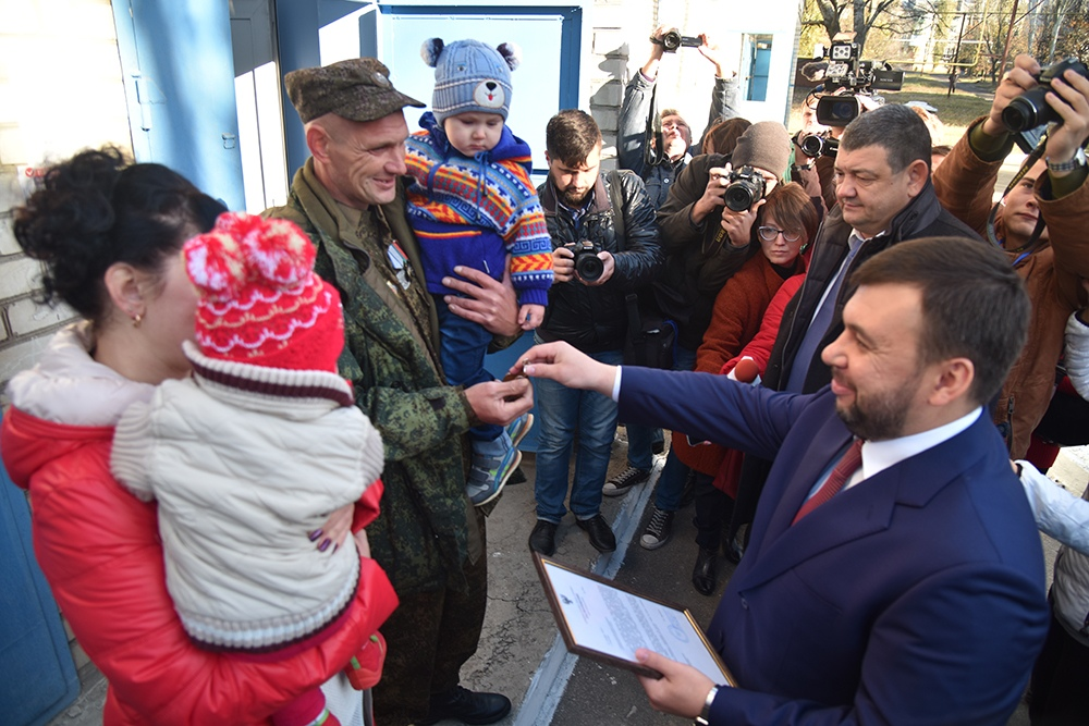 Мэр Горловки выдал ключи от квартиры семье из поселка Зайцево