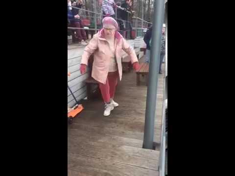 Бабуся пританцовывает брейк-дэнс. Крутая для своего возраста.