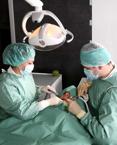 Оральная хирургия может потребовать широкого спектра седации, от успокаивающих газов до общей анестезии