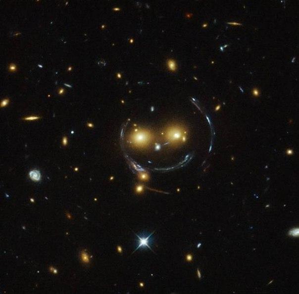 Hubble запечатлел «улыбающуюся рожицу» В центре этого изображения, полученного космическим телескопом Hubble, - скопление галактик SDSS J1038,4849. На снимке оно напоминает улыбающееся лицо. Два