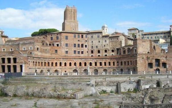 ЗОЛОТОЙ ДВОРЕЦ НЕРОНА Одним из символов древнего Рима являются руины некогда величественного дворца Нерона. Он имел название «Золотого», появился ранее Колизея, и по грандиозному плану