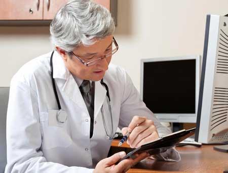 У медицинских работников может быть почерк, который трудно прочитать на диаграммах, что может быть решено с помощью электронных медицинских карт.