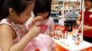Gia Linh và Chị Silent Sea ăn đồ ăn thử của Nhật trong Siêu thị Aeon Cơm Mì và Ngũ Cốc