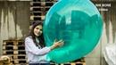 Lisa testet hier einen gewaltigen grünen Luftballon auf Größe und Bespielbarkeit - NoPop
