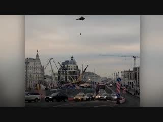 Из Кремля вылетели два военных вертолета с неизвестным грузом