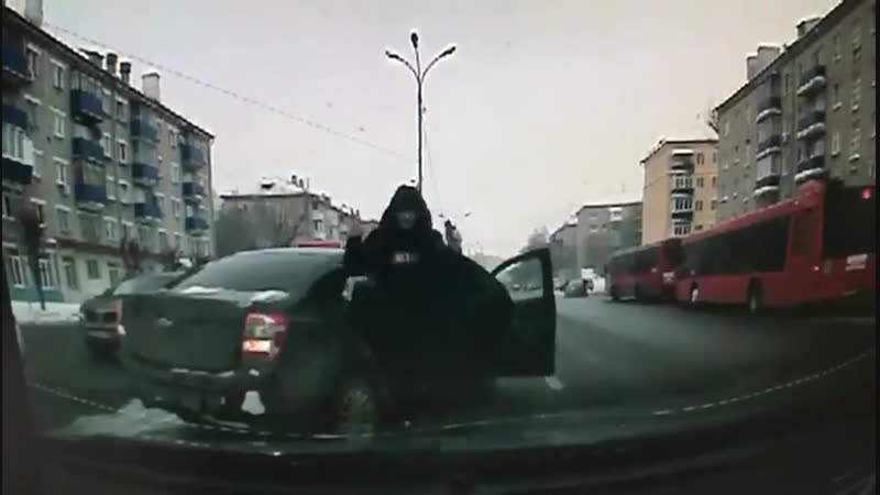 Казань Наехал на инспектора ДПС 480p mp4