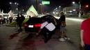 Manifestante cai após chutar veículo durante protesto