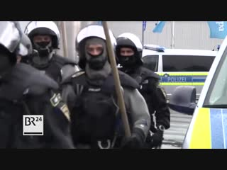 Stephansposching (Bayern) - Sich solidarisierende Asylanten attackieren aggressiv Mitarbeiter und Polizei