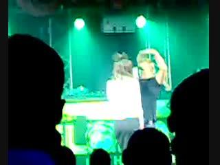 В клубе девушка отсосала за приз в 10000 рублей