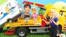 Barbie ve Steffi Pinypon karavanı çekici ile çukurdan çıkarıyorlar