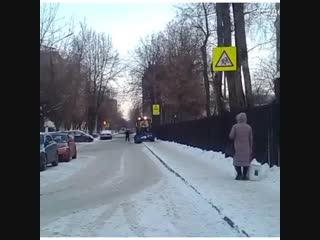 Трактор не поместился на тротуаре у школы - заборы мешают