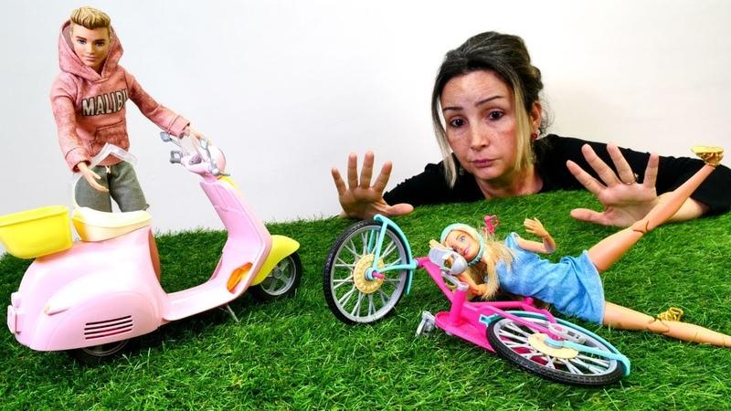 Barbie motosiklet kullanmayı deniyor! Çocuk videosu