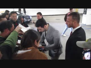 Aidan turner signing autographs in the parking lot at arclight hollywood