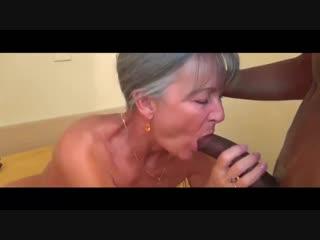 Зрелая сосет большой член и трахается с негром секс порно мамка milf granny bbc