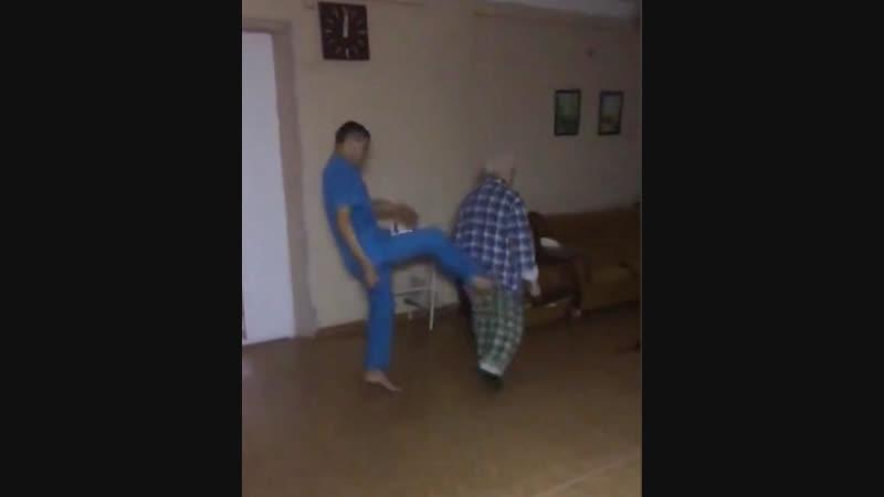 Санитары психбольницы Магнитогорска сняли на видео издевательства над пациентом