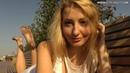 Блондинка в белом платье гуляет босиком Barefoot girl in white dress 4