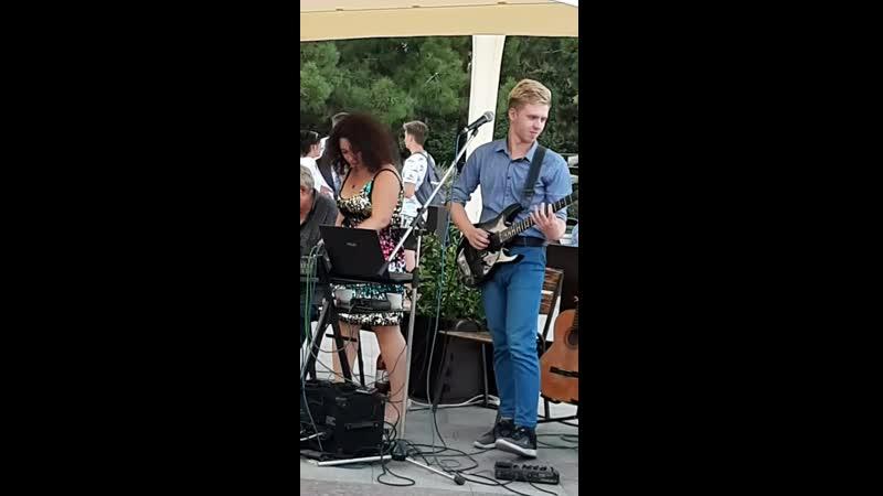 музыканты в кафе в Ялте