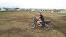 девушка учится ездить на мотоцикле, девушка впервые за рулем мотоцикла, мотоцикл Минск
