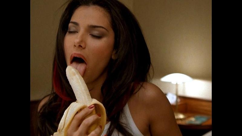 Девушка есть банан!
