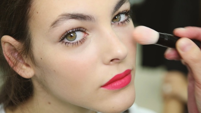 CHANEL Backstage Makeup Look – FROM THE SHOW TO YOUR HOME – SPRING-SUMMER 2019 READY-TO-WEAR SHOW