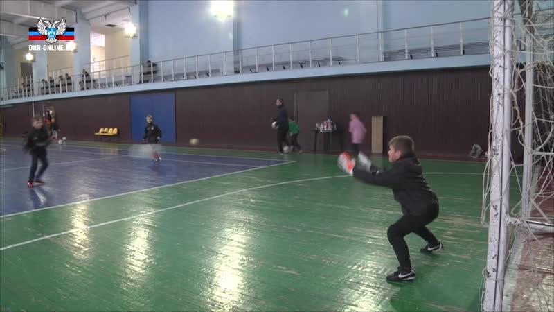 Несмотря на непогоду, в спорткомплексе Кировец продолжаются тренировки юных футболистов.