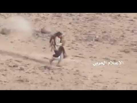 Йеменский шиит выносит на себе раненого товарища