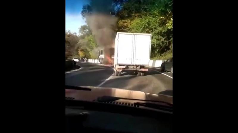 Утром в районе поселка Дагомыс рейсовый автобус, который следовал из Адлера в Ставрополь, загорелся.