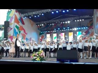 Детский хор поет гимн Саратова