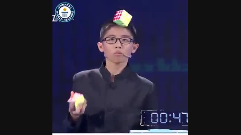 Japanese boy solves 3 Rubik's cubes while juggling them