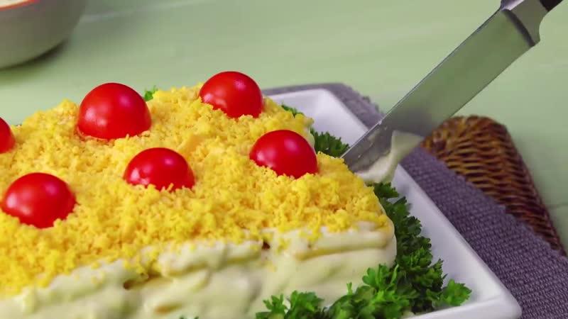Приклеиваем 8 крекеров к тарелке добавляем яйца Это новый хит праздников