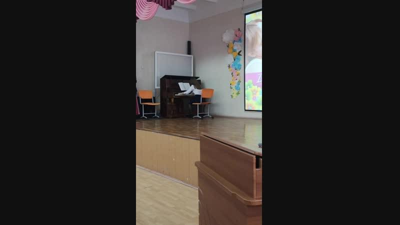Номер концерта ко Дню матери Алия Ризаева 8а класс