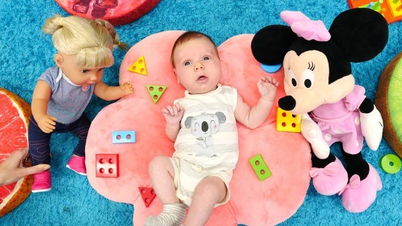 Sevcan oyuncak bebek kreşinde bebek ile şekilleri öğreniyor