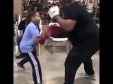 Тот момент в боксе, когда дети бьют по лапам лучше тебя.
