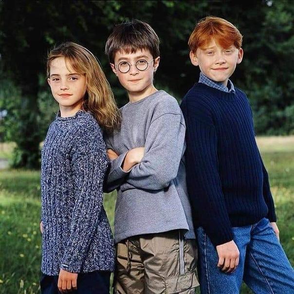 Окончательный выбор актеров для Гарри Поттера, 2000 г Фотографии, на которых изображены юные актеры Дэниэл Рэдклифф, Эмма Уотсон и Руперт Гринт, были сделаны в 2000 году сразу после того, как