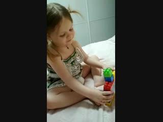 Когда речь заходит о развитии детей, я становлюсь ужасной паникерше)). Когда малыш должен знать все цвета? Как научить ребенка