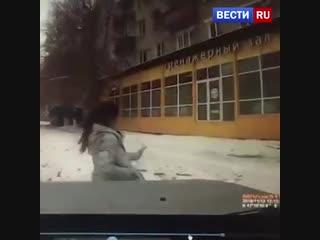 В Таганроге водитель догнал девушку и сбил ее у тротуара