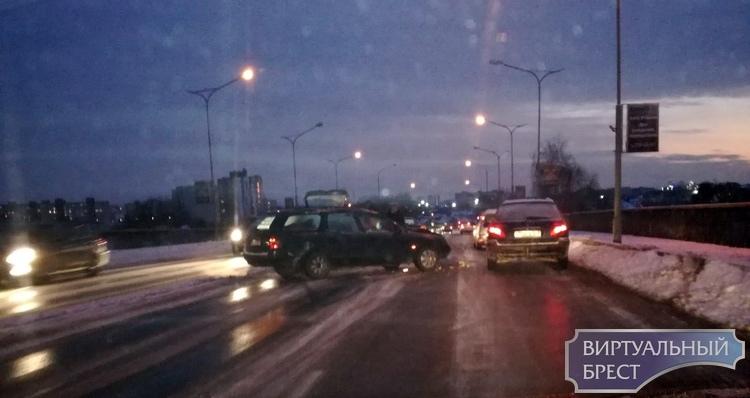 11 автомобилей попали в ДТП на Берёзовском мосту вечером. Предположительно, из-за гололёда