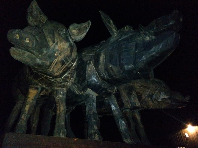 На входе в парк тебя встречают три огромные, вырезанные из каких-то неведомых, но очень плотных пород дерева, кабана или свиньи. А почему бы и нет?