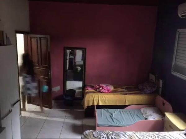 Câmera escondida desmascara mulher que ensopava cama com xixi e cocô e fazia criança apanhar