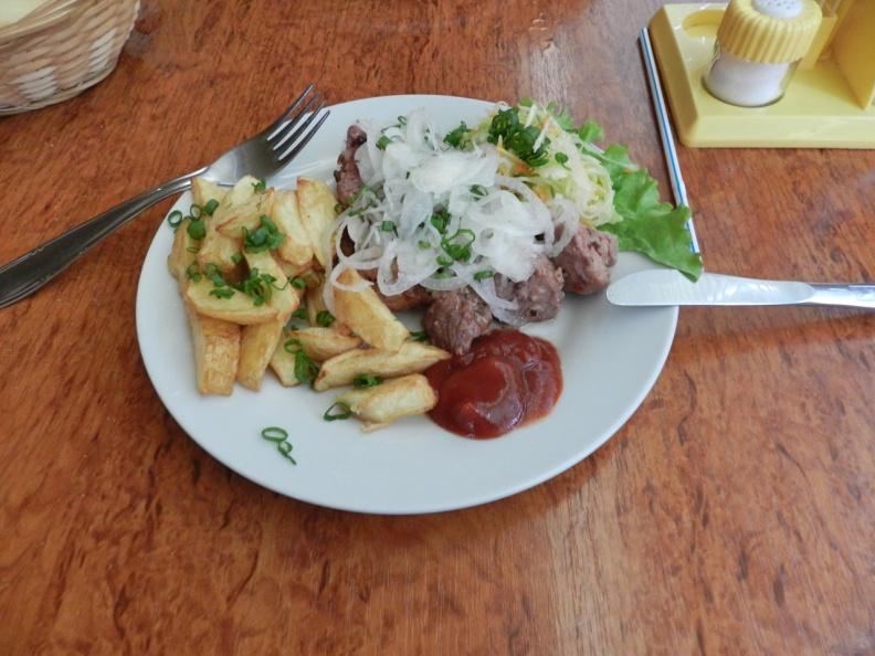 Шашлык из мяса свинины, белый салатный лук, зелень, кетчуп и картофель фри. Это скорее уличная еда, стрит фуд, чем традиционная. Но такие продукты можно оценить на внешний вид и запах. Они будут надежны для всех европейских туристов.