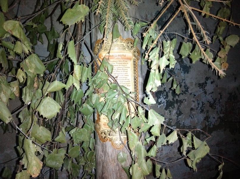 Церковь христианская, но обилие природных форм и ветви, ползущие по стенам, вызывают ощущение, будто попал ты в какой-то храм друидов.