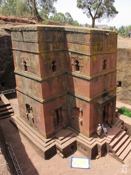 Лалибела (Lalibela). Храмы в земле Лалибела небольшой город, основанный в 12 веке н.э. в центре горной цепи Ласта, в Центральной Эфиопии. Основной достопримечательностью является комплекс