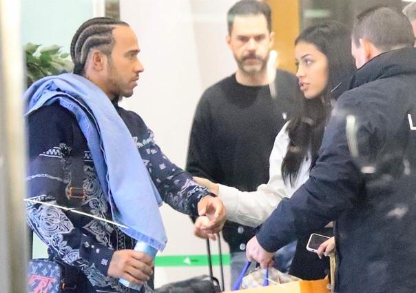Льюис Хэмилтон встречается с девушкой, которую прославил Джастин Бибер Вчера знаменитого гонщика Льюиса Хэмилтона сфотографировали в аэропорту Барселоны с 20-летней моделью Синди Кимберли. В