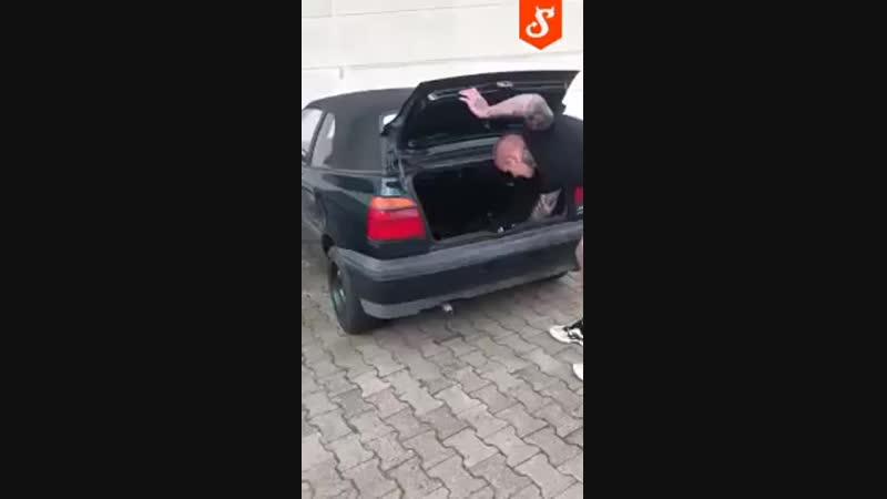 [v-s.mobi]Взрыв мощной петарды в багажнике автомобиля.mp4