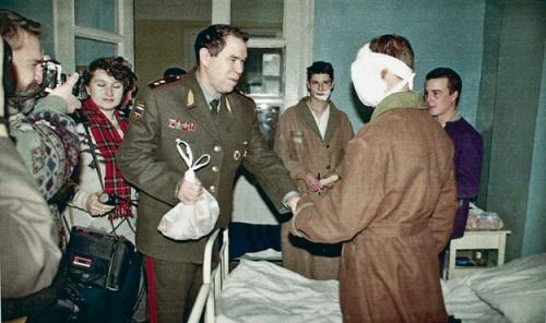 Лев Рохлин навещает раненого солдата в госпитале