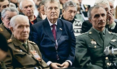 Бывший командующий ВДВ СССР генерал-полковник Владислав Ачалов (в центре)